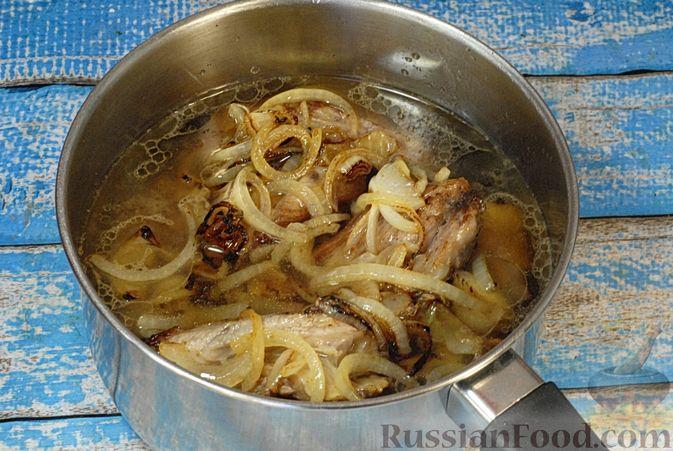 Фото приготовления рецепта: Говяжьи рёбрышки, тушенные с грибами и сметаной - шаг №7