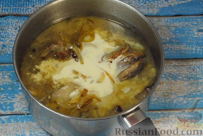 Фото приготовления рецепта: Говяжьи рёбрышки, тушенные с грибами и сметаной - шаг №9