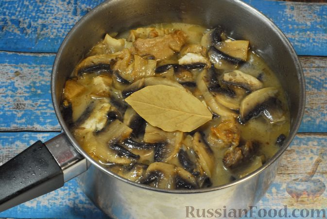 Фото приготовления рецепта: Говяжьи рёбрышки, тушенные с грибами и сметаной - шаг №11