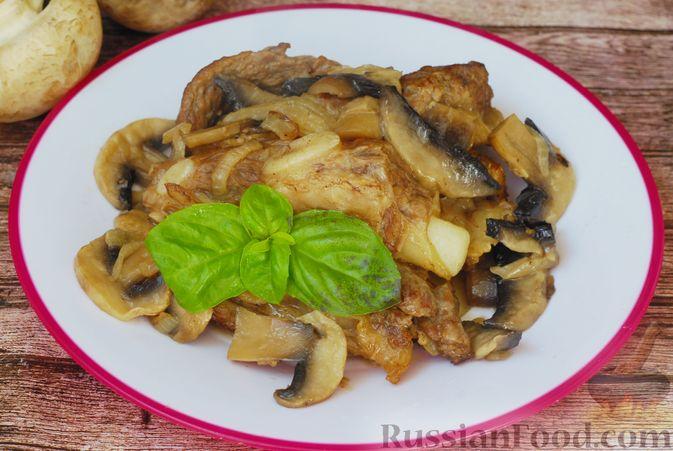 Фото приготовления рецепта: Говяжьи рёбрышки, тушенные с грибами и сметаной - шаг №12