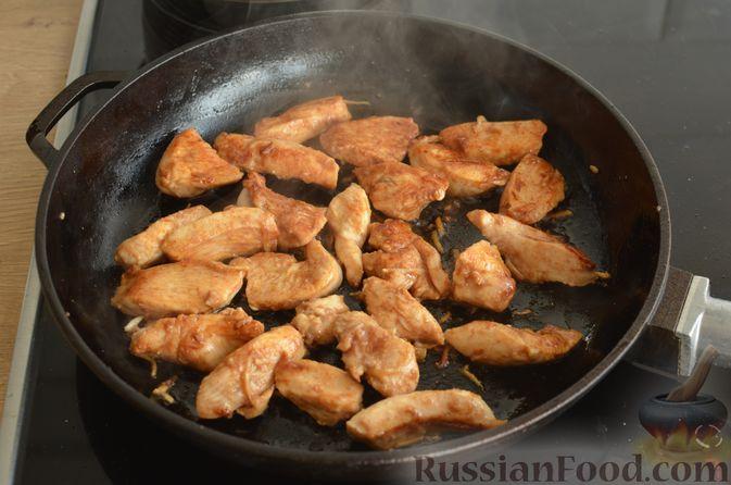 Фото приготовления рецепта: Куриное филе в соево-томатном маринаде, жаренное с цветной капустой - шаг №10