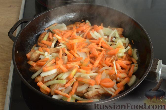 Фото приготовления рецепта: Куриное филе в соево-томатном маринаде, жаренное с цветной капустой - шаг №11