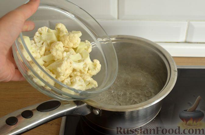 Фото приготовления рецепта: Куриное филе в соево-томатном маринаде, жаренное с цветной капустой - шаг №6