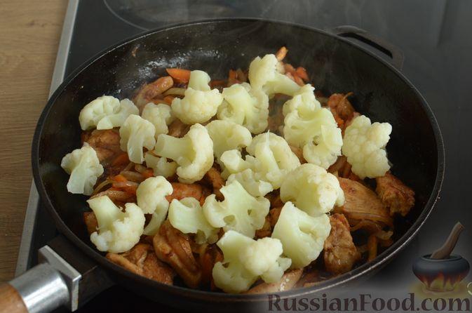 Фото приготовления рецепта: Куриное филе в соево-томатном маринаде, жаренное с цветной капустой - шаг №12