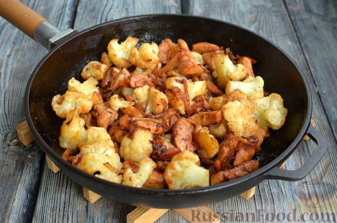 Фото приготовления рецепта: Куриное филе в соево-томатном маринаде, жаренное с цветной капустой - шаг №13