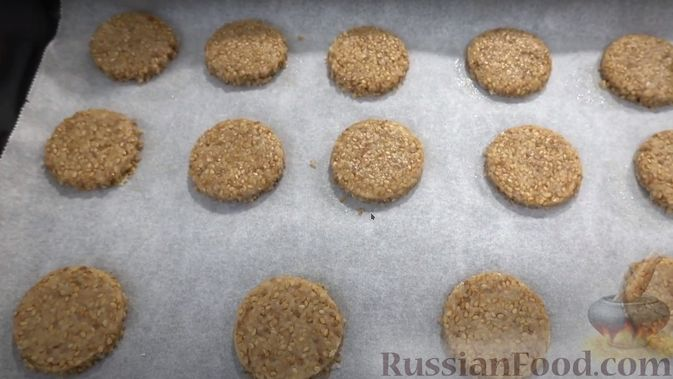 Фото приготовления рецепта: Кунжутное печенье на скорую руку (постная выпечка) - шаг №5
