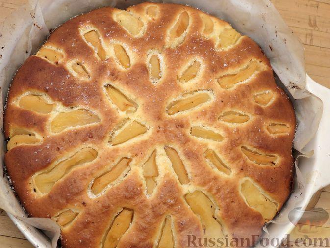 Фото приготовления рецепта: Творожный пирог с айвой и цедрой лимона - шаг №11
