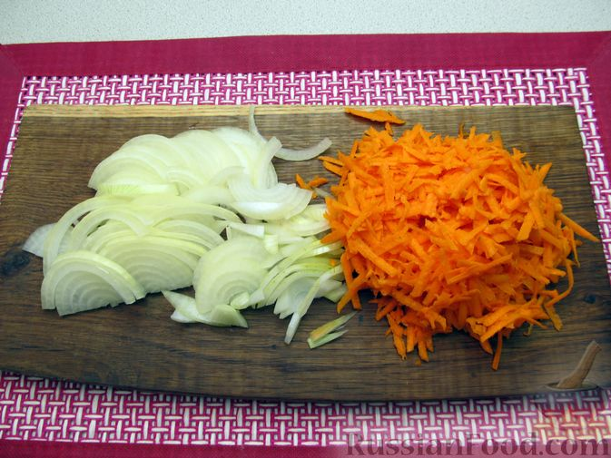Фото приготовления рецепта: Свиная печень, запечённая с морковью, луком и сыром - шаг №3