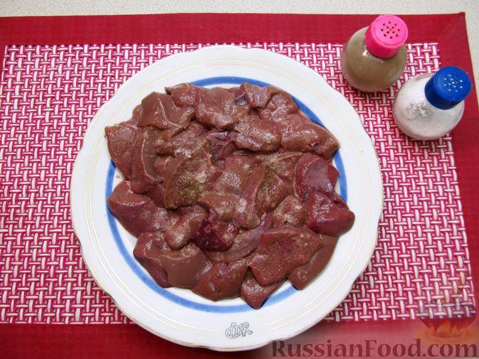 Фото приготовления рецепта: Свиная печень, запечённая с морковью, луком и сыром - шаг №4