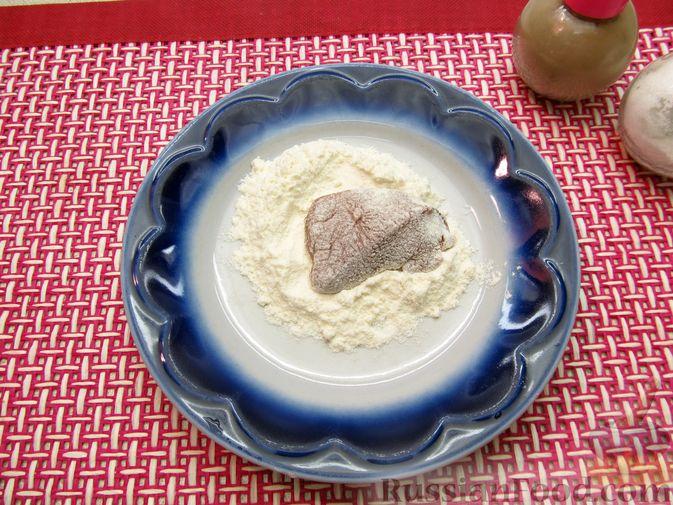 Фото приготовления рецепта: Свиная печень, запечённая с морковью, луком и сыром - шаг №5