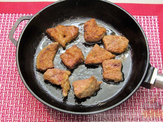 Фото приготовления рецепта: Свиная печень, запечённая с морковью, луком и сыром - шаг №6