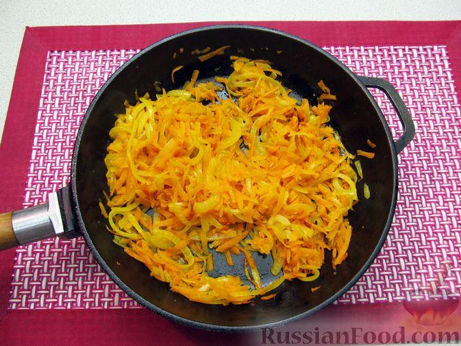 Фото приготовления рецепта: Свиная печень, запечённая с морковью, луком и сыром - шаг №7