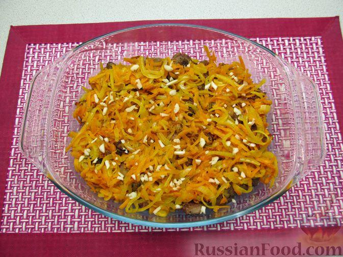 Фото приготовления рецепта: Свиная печень, запечённая с морковью, луком и сыром - шаг №14