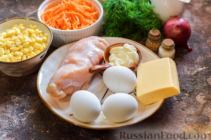 Фото приготовления рецепта: Слоёный салат с курицей, кукурузой, морковью по-корейски и сыром - шаг №1