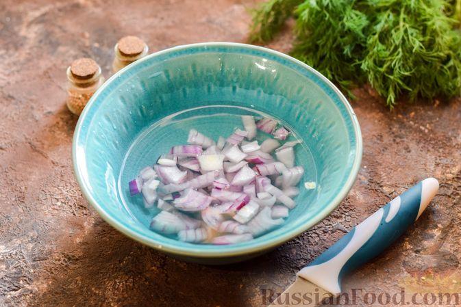 Фото приготовления рецепта: Слоёный салат с курицей, кукурузой, морковью по-корейски и сыром - шаг №4