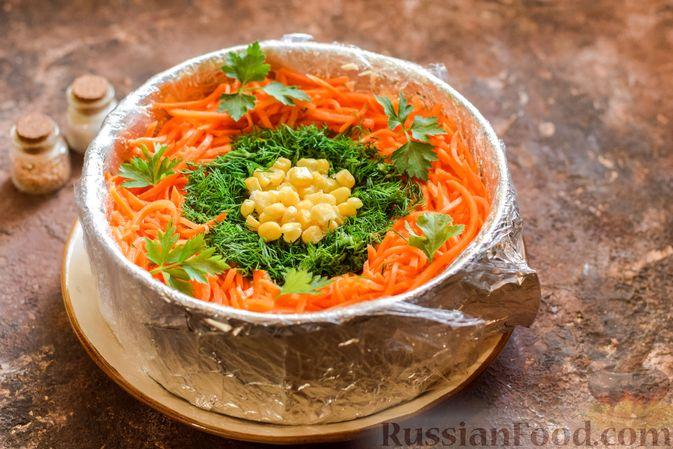 Фото приготовления рецепта: Слоёный салат с курицей, кукурузой, морковью по-корейски и сыром - шаг №15