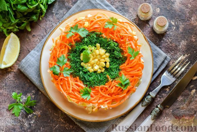 Фото приготовления рецепта: Слоёный салат с курицей, кукурузой, морковью по-корейски и сыром - шаг №16