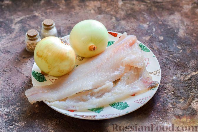 Фото приготовления рецепта: Минтай, запечённый с луком ( в рукаве) - шаг №1