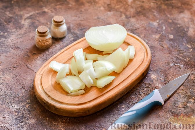 Фото приготовления рецепта: Минтай, запечённый с луком ( в рукаве) - шаг №2