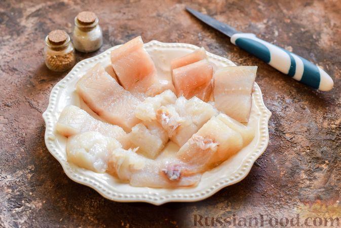 Фото приготовления рецепта: Минтай, запечённый с луком ( в рукаве) - шаг №4
