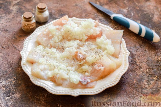 Фото приготовления рецепта: Минтай, запечённый с луком ( в рукаве) - шаг №5