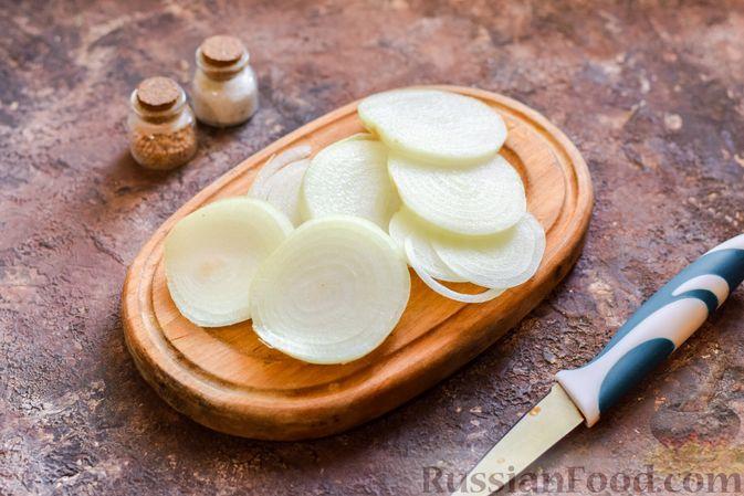 Фото приготовления рецепта: Минтай, запечённый с луком ( в рукаве) - шаг №6