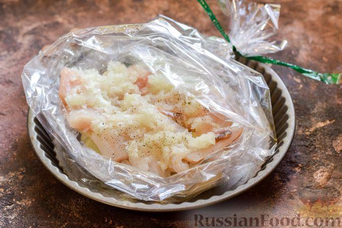 Фото приготовления рецепта: Минтай, запечённый с луком ( в рукаве) - шаг №8