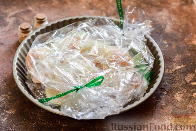 Фото приготовления рецепта: Минтай, запечённый с луком ( в рукаве) - шаг №9