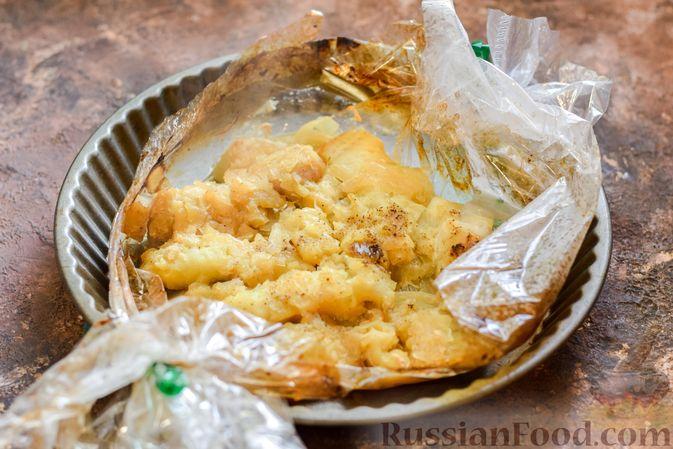 Фото приготовления рецепта: Минтай, запечённый с луком ( в рукаве) - шаг №10