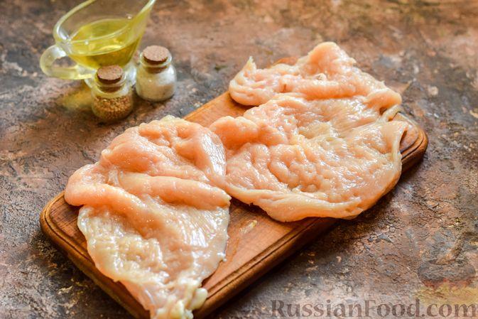 """Фото приготовления рецепта: Куриное филе, запечённое под картофельно-сырной """"шубкой"""" - шаг №2"""