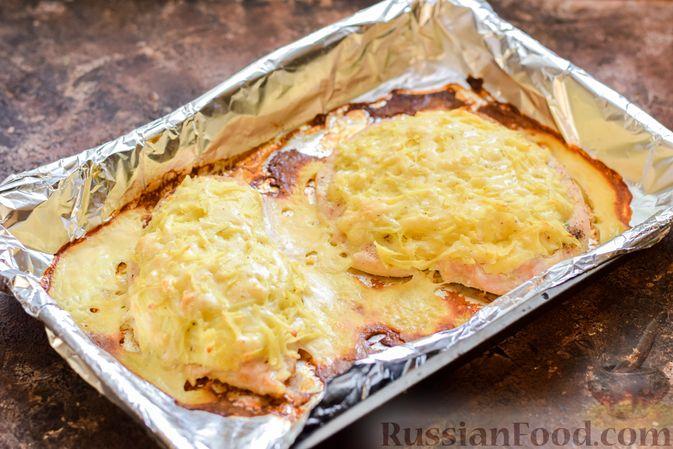 """Фото приготовления рецепта: Куриное филе, запечённое под картофельно-сырной """"шубкой"""" - шаг №10"""