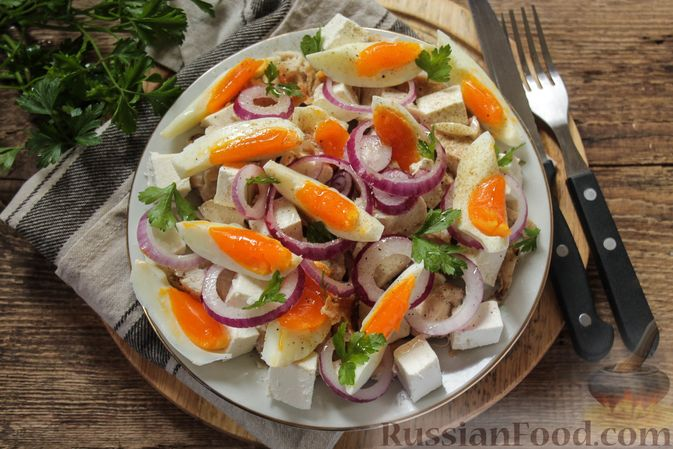 Фото к рецепту: Салат с курицей, фетой, красным луком и яйцами