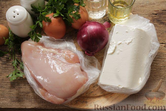 Фото приготовления рецепта: Салат с курицей, фетой, красным луком и яйцами - шаг №1