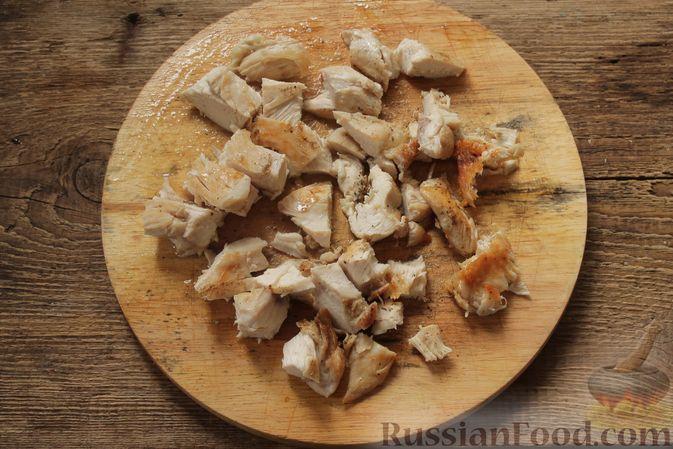 Фото приготовления рецепта: Салат с курицей, фетой, красным луком и яйцами - шаг №7