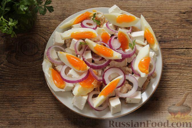 Фото приготовления рецепта: Салат с курицей, фетой, красным луком и яйцами - шаг №10