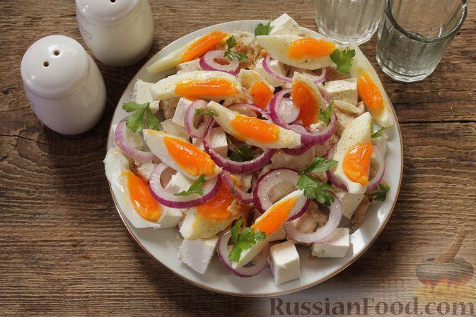 Фото приготовления рецепта: Салат с курицей, фетой, красным луком и яйцами - шаг №11