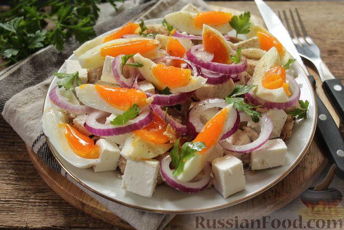 Фото приготовления рецепта: Салат с курицей, фетой, красным луком и яйцами - шаг №12