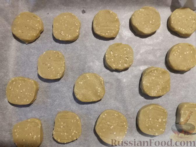Фото приготовления рецепта: Кунжутное печенье с зелёным чаем - шаг №9
