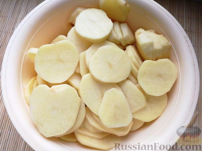 Фото приготовления рецепта: Картофельная запеканка с ветчиной, сыром и соусом бешамель - шаг №6