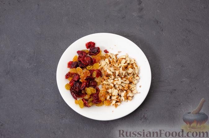 Фото приготовления рецепта: Яблочное печенье с мёдом, сухофруктами и орехами - шаг №4