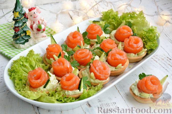 Фото к рецепту: Тарталетки со сливочным сыром, авокадо и красной рыбой