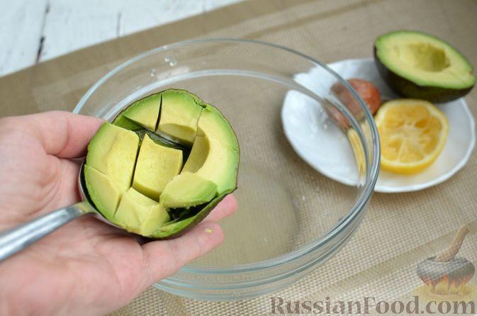 Фото приготовления рецепта: Тарталетки со сливочным сыром, авокадо и красной рыбой - шаг №2