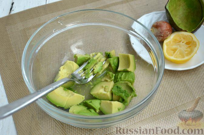 Фото приготовления рецепта: Тарталетки со сливочным сыром, авокадо и красной рыбой - шаг №3