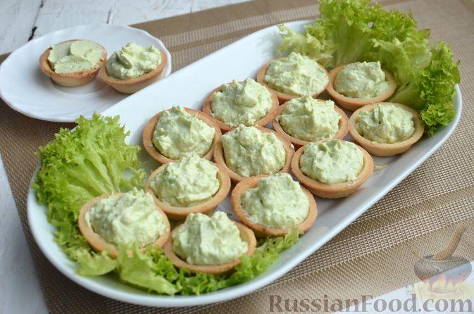 Фото приготовления рецепта: Тарталетки со сливочным сыром, авокадо и красной рыбой - шаг №6