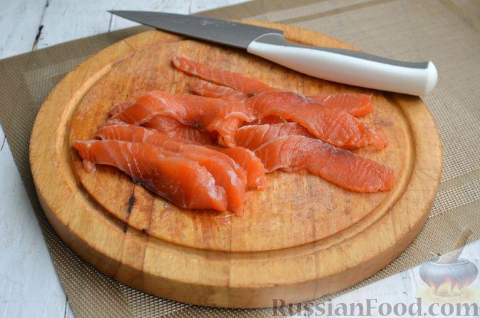Фото приготовления рецепта: Тарталетки со сливочным сыром, авокадо и красной рыбой - шаг №7