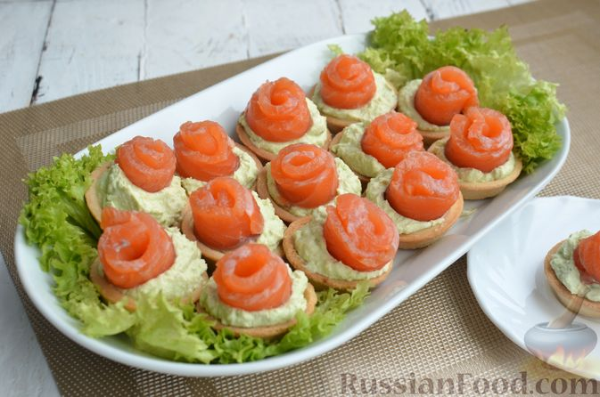 Фото приготовления рецепта: Тарталетки со сливочным сыром, авокадо и красной рыбой - шаг №8