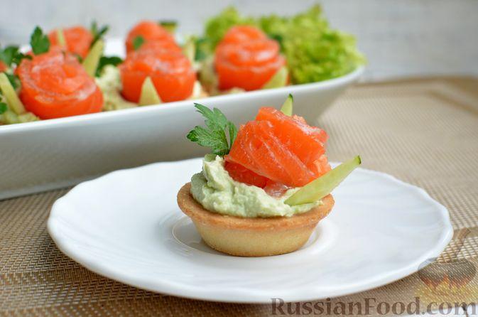 Фото приготовления рецепта: Тарталетки со сливочным сыром, авокадо и красной рыбой - шаг №9