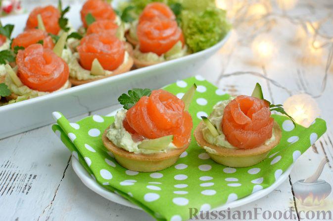 Фото приготовления рецепта: Тарталетки со сливочным сыром, авокадо и красной рыбой - шаг №10