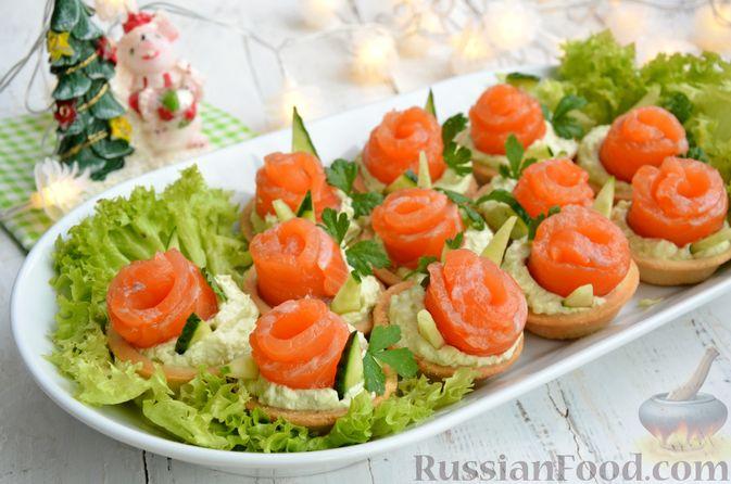 Фото приготовления рецепта: Тарталетки со сливочным сыром, авокадо и красной рыбой - шаг №11