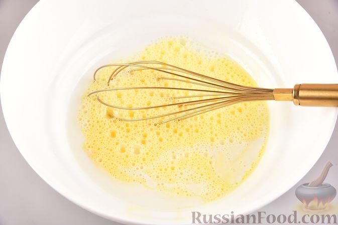 Фото приготовления рецепта: Йоркширские пудинги с начинкой из солёной сёмги и свежего огурца - шаг №4